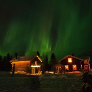 Big green northern lights over Wärdshuset