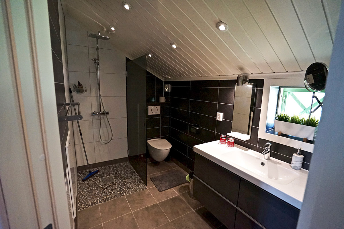 Aurora-bathroom-Lapland-Guesthouse