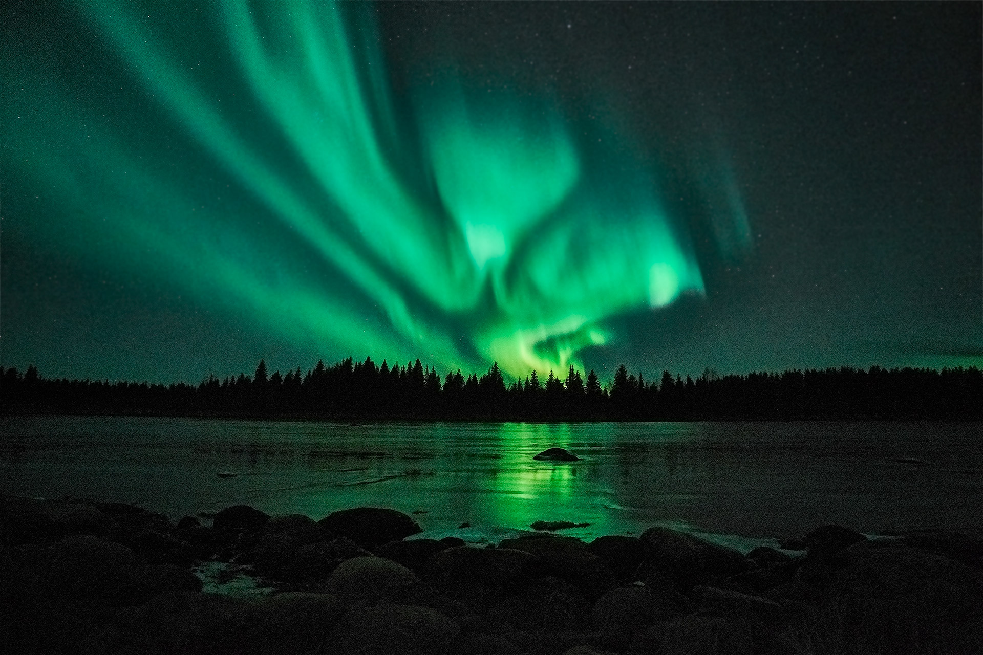Northern-Lights-arctic-river