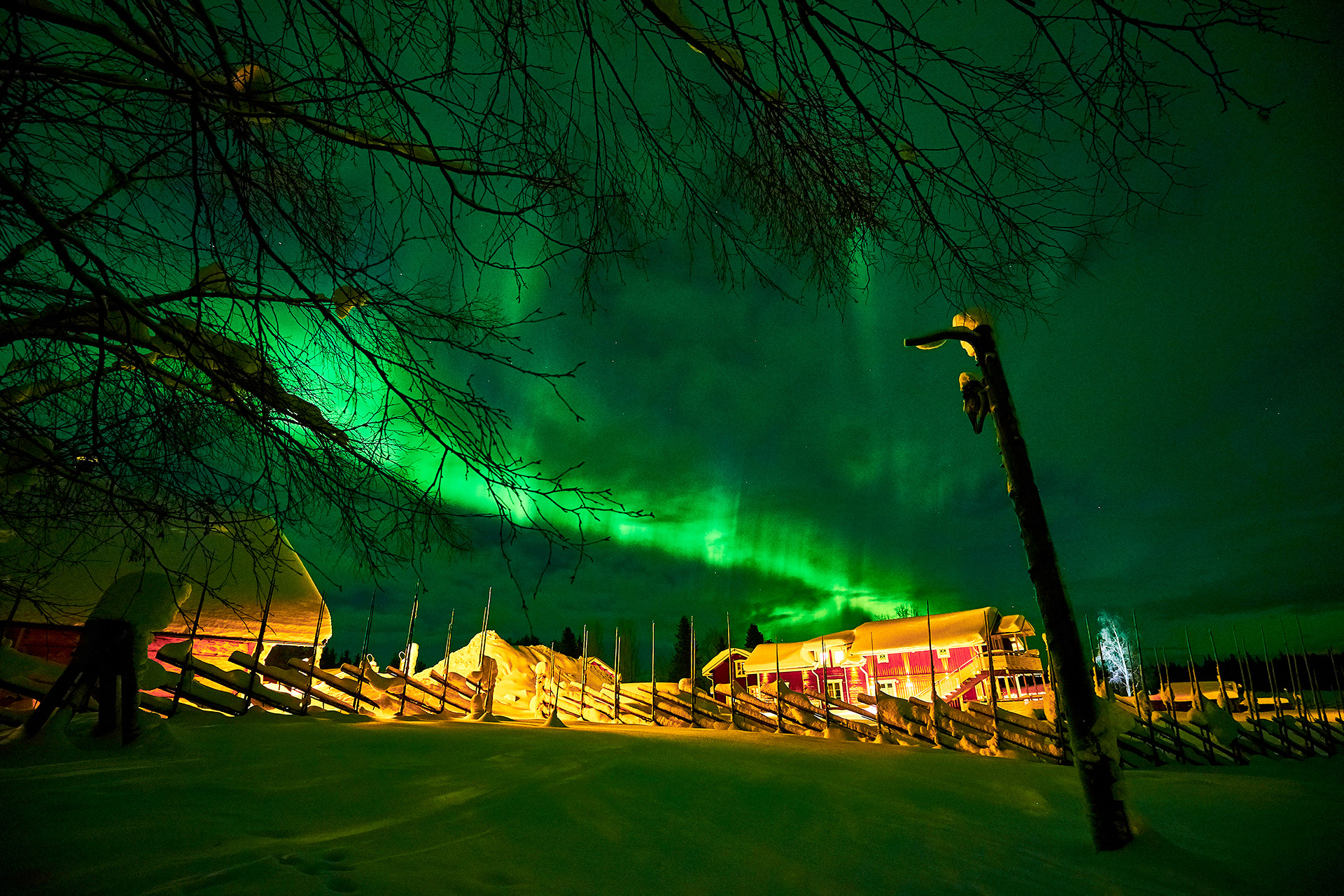 northern-lights-over-the-guesthouse