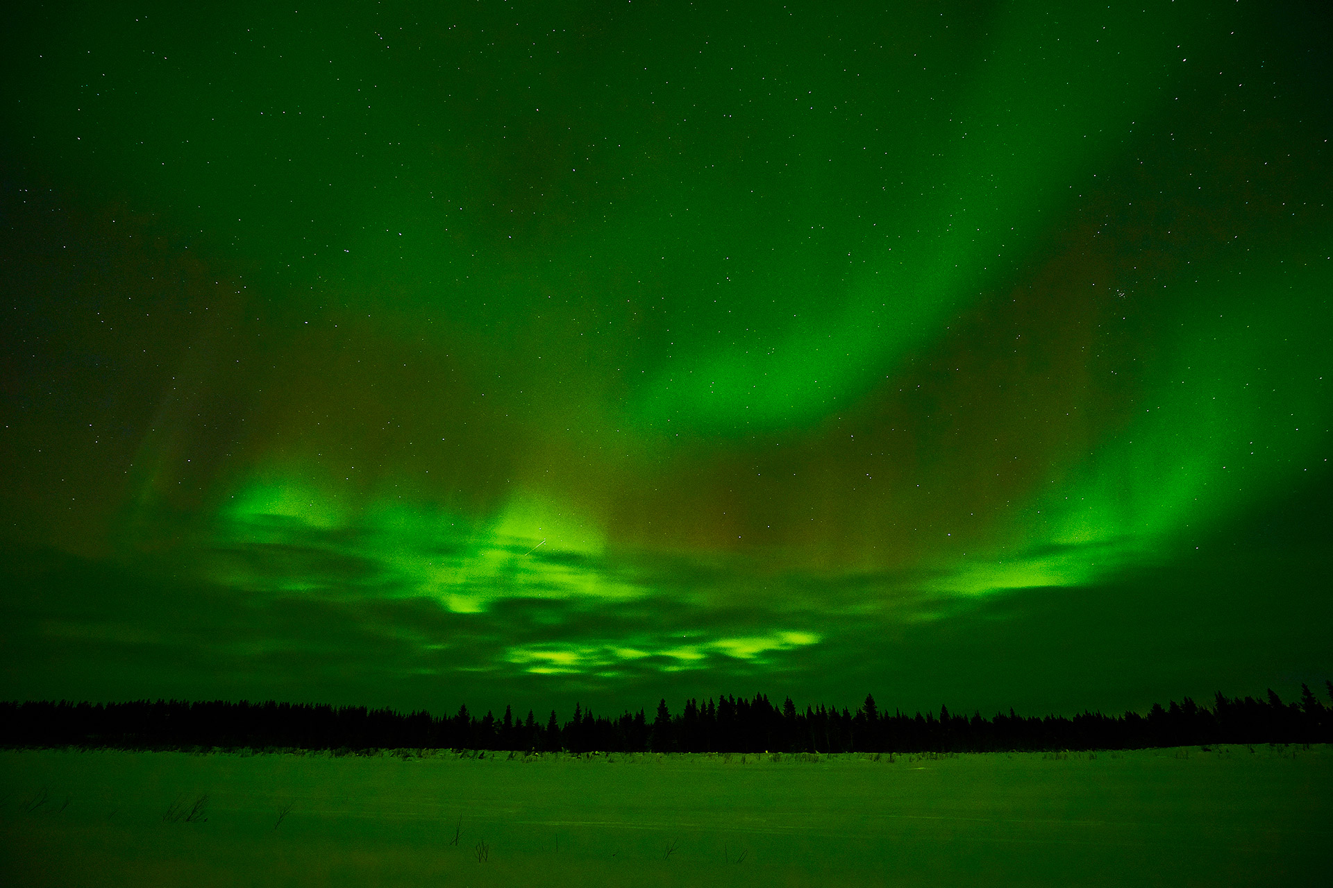 northern-lights-through-clouds-lainio-river